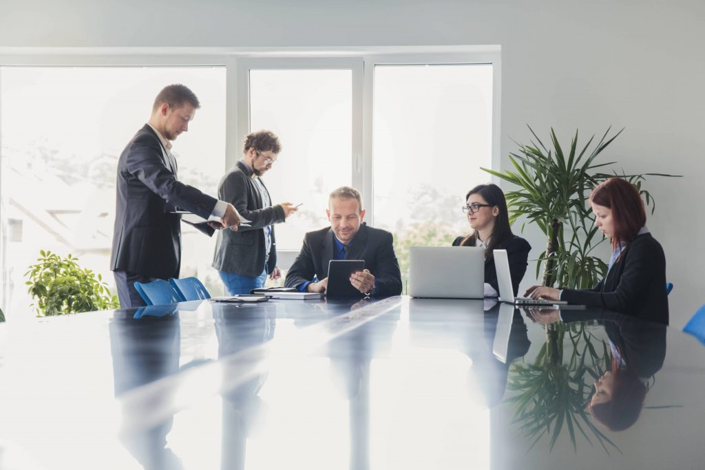 collaborateurs en réunion sur leur ordinateur