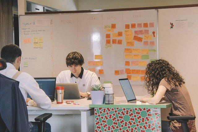 collaborateurs assis en train de travailler sur leur ordinateur