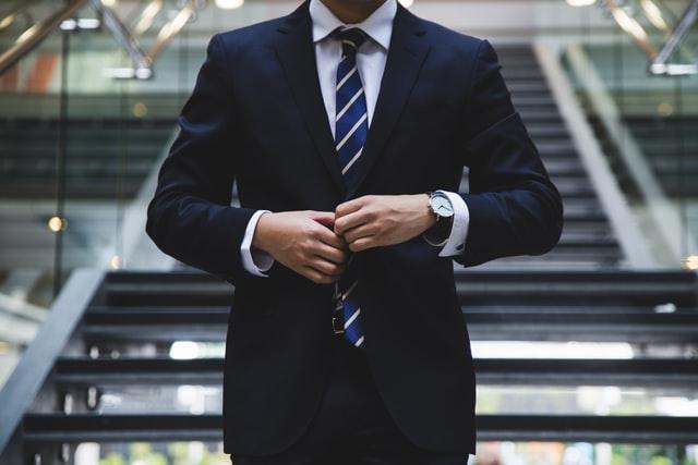 homme en costume cravate banques assurances