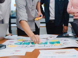 Équipe en train de définir le plan marketing